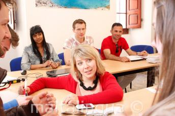 Un profesor de inglés imparte un curso de idiomas en nuestra escuela de Malta.