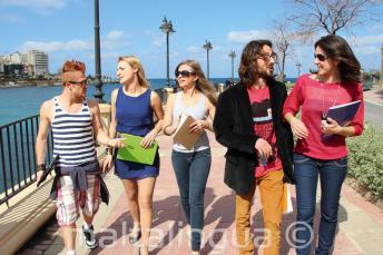 Estudiantes practicando inglés después de clase cerca de St Julians Bay, Malta