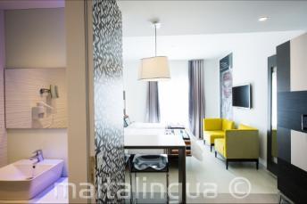 Cuarto de baño y salón en el hotel Valentina