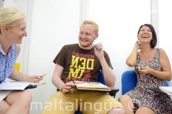 Estudiantes riéndose y pasándolo bien en clase