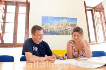 Un profesor realizando un curso de inglés en nuestra escuela privada en Malta
