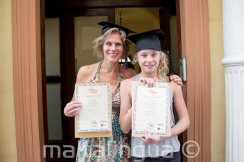 Una madre y su hijo habiendo completado el curso de inglés