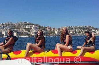 4 chicas en un paseo en el barco banana