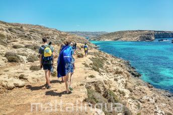 Estudiantes de inglés andando por Blue Lagoon