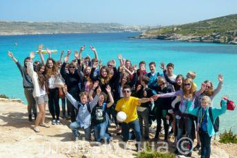 Un grupo de estudiantes en una excursión a Comino, Malta