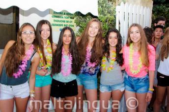 6 chicas yendo a la fiesta de bienvenida de la escuela