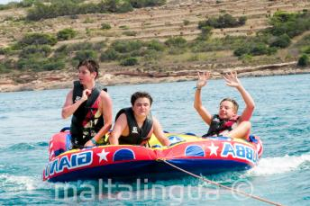 Estudiantes en un sofá de agua de alta velocidad