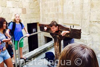 Un estudiante prubea una guillotina en Mdina
