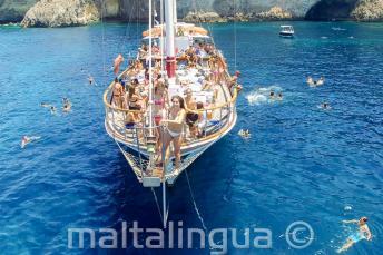 Estudiantes de inglés en un viaje en barco en Malta preparándose para saltar al mar