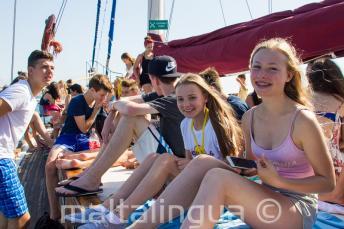 Jóvenes estudiantes disfrutando de la excursión de la escuela