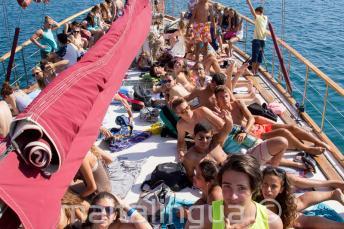 Estudiantes tomando el sol en el barco