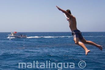 Un estudiante haciendo un salto de estrella desde el barco