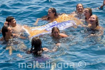 Jefes de grupo de la escuela nadando con estudiantes