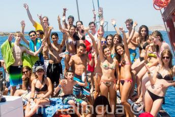 Grupo de estudiantes de lengua inglesa en un viaje en barco
