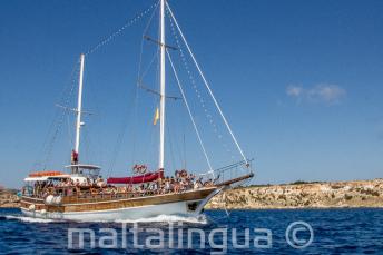 Nuestro barco de Maltalingua de camino a Comino