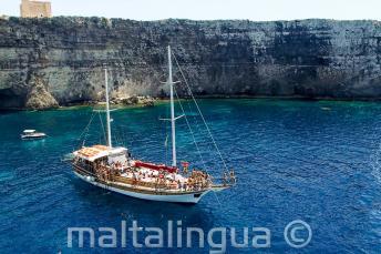 Viaje en barco de la escuela de lengua inglesa a Crystal Bay, Comino