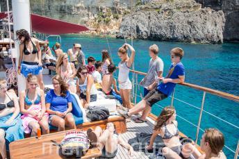Estudiantes relajándose en el barco