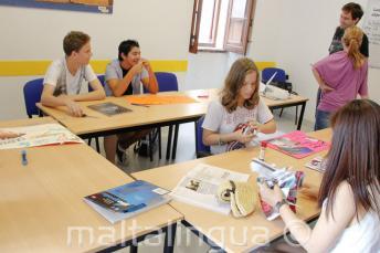 Estudiantes trabajando en un proyecto en clase de inglés