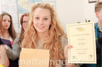 Joven estudiante de inglés con su certificado del curso de inglés