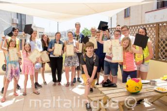 Un grupo de estudiantes de inglés habiendo completado su curso de inglés