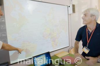 Un profesor de inglés mirando a la pizarra