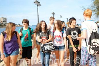 Jóvenes estudiantes andando juntos
