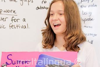 Un estudiante haciendo una presentación en inglés