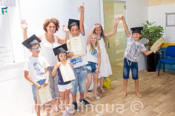 Niños con sus certificados del curso de inglés