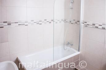 Baño del apartamento de la escuela en St Julians