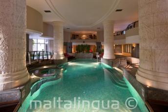 Piscina cubierta y spa en el hotel en St Julians, Malta