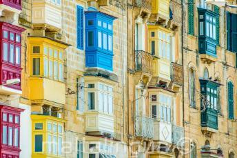 Muchos balcones coloridos malteses