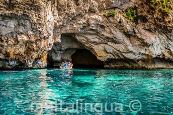 Aguas turquesas en Blue Grotto, Malta.
