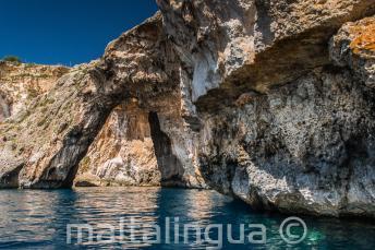 Un arco en el mar en Blue Grotto, Malta