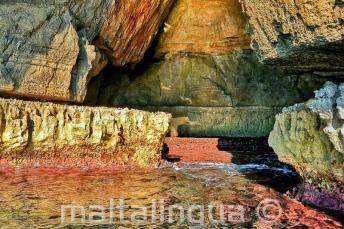 Colores brillantes en el agua de Blue Grotto