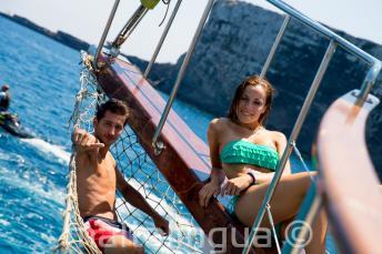 2 estudiantes relajándose en la cubierta del barco en Comino en Malta.
