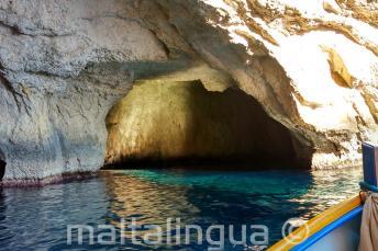 El interior de una cueva en Blue Grotto
