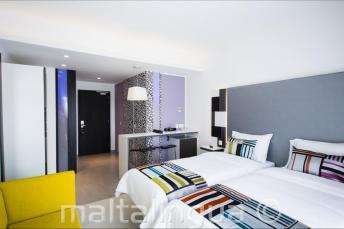 Dormitorio moderno en el Hotel Valentina, Malta