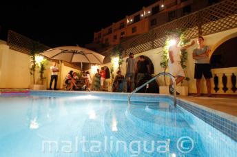 La piscina en la azotea por la noche