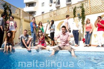 Estudiantes disfrutando de la piscina