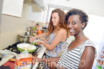 Un estudiante ayudando a su familia de acogida a preparar la cena