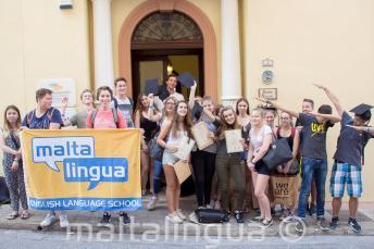 Foto de grupo de jóvenes estudiantes de lengua fuera de la escuela en Malta