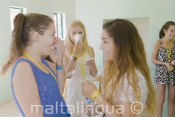 2 estudiantes de inglés conversando en la escuela