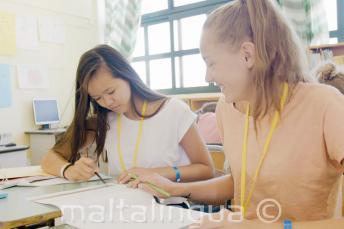 2 chicas trabajando juntas en una clase de inglés