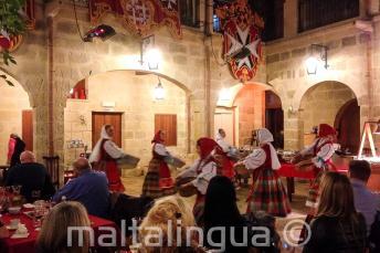 Típicos bailarines malteses en un show en un restaurante