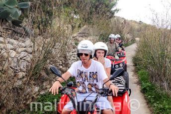 Estudiantes en un tour en quad por Gozo