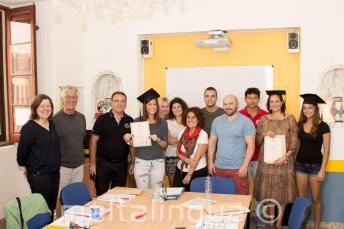 Estudiantes habiendo completado exitosamente el curso de inglés