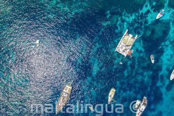 Foto aérea de los barcos en Crystal Bay, Comino