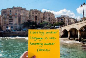 Aprender un nuevo idioma es como convertirse en otra persona. En Balluta Bay, St Julians