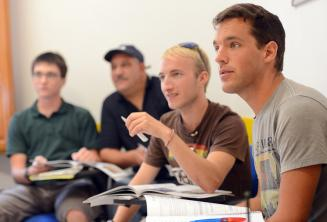 Estudiantes de inglés escuchando en clase