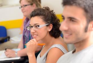 Una estudiante escuchando atentamente
